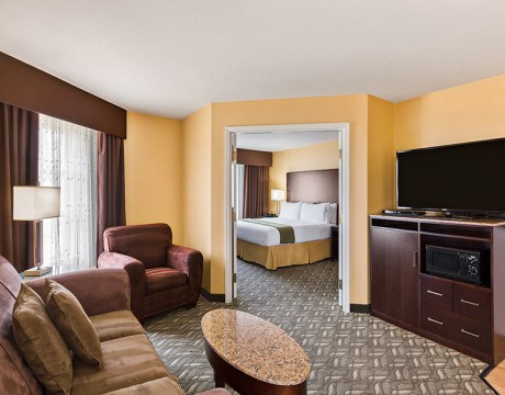 Holiday Inn Express and Suites MH - Master Suite
