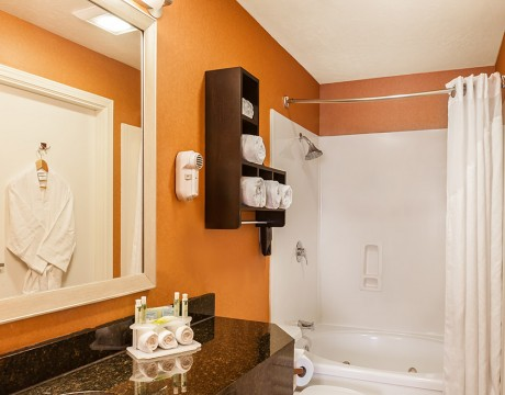 Holiday Inn Express and Suites MH - Suite Bathroom