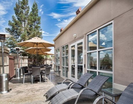 Holiday Inn Express and Suites MH - Outdoor Patio